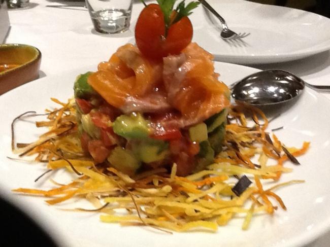 Can Vador. Ensalada de salmón, tomate y aguacate.