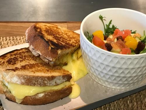 Sándwich de queso de tetilla con pesto