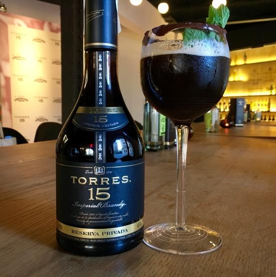 Cócktail de brandy, sirope de chocolate y cerveza negra Guiness