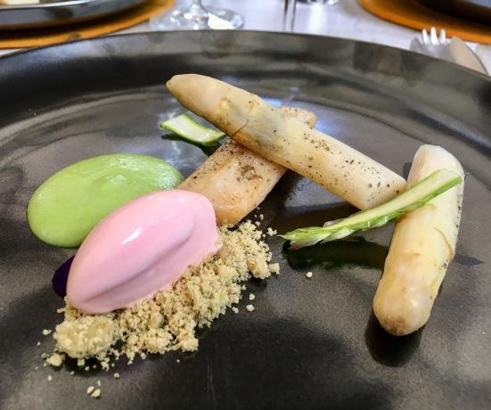 Espárrago, aroma de huevo vegetal y helado de rosa