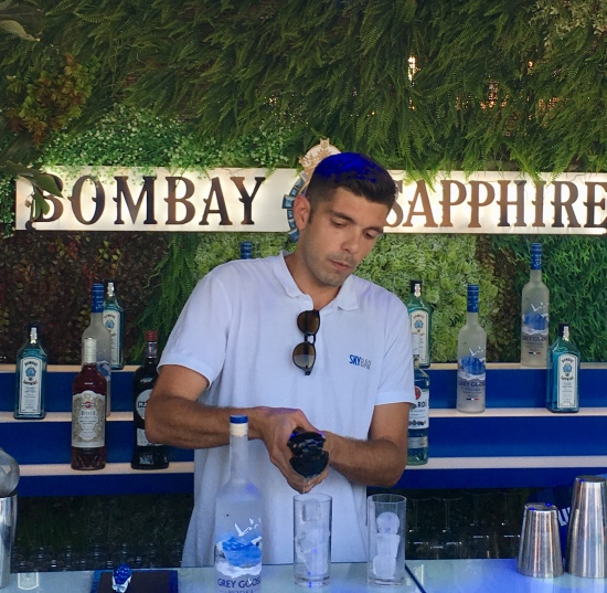 Preparación de cóctel en SkyBar