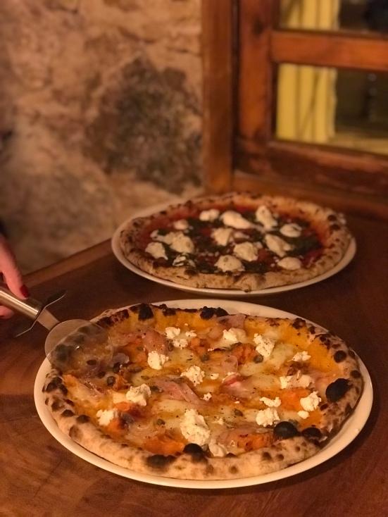 Pizza de calabaza, mozzarella, boniato, ricotta de cabra y panceta ibérica adobada.