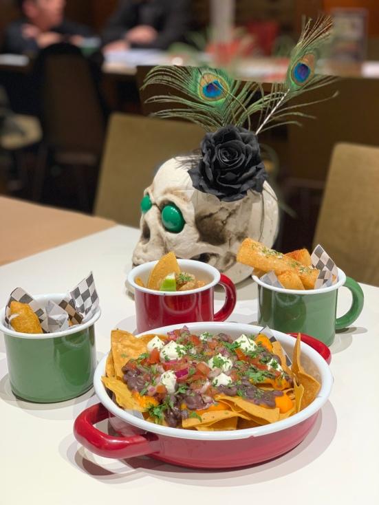 Nachos, guacamola, yuca y empanadas de maíz y setas