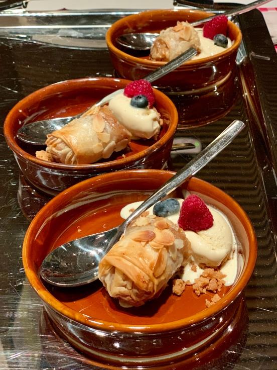 Strudel de manzana y pasas con helado de vainilla