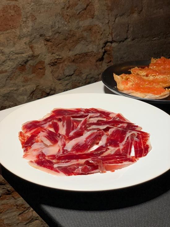 Jamón de bellota acompañado de su pan con tomate